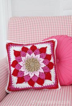 Crocodile Flower Cushion: free #crochet pattern (link is in the blog)