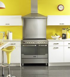 New World 90EDO electric range cooker in stainless steel. Kitchen is white with yellow walls for a fresh summer feel. Hood is matching 90cm wide in stainless steel    www.rangecookers.co.uk/New-World-Range-Cookers-search,1,3...     - bep ga rinnai, bep ga rinnai gia tot 21/12/2012, http://www.beponline.vn/Bep-gas-duong/Bep-gas-duong-RINNAI.html