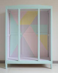 intérieur de l'armoire trois portes à motifs géométriques