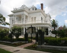 Italianate Victorian homes blend formal & classical styles inspired by country villas from the Old World. Built in rectangular sections to imitate the look of Italian-style villas. Common features: Roman-style arches, large porches with decorative eaves, paired arched windows, Corinthian columns, flat or low-pitched roofs, & a central square tower or cupola.