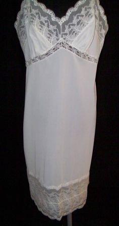 !/Vintage full slip White nylon Lots of Lace Large