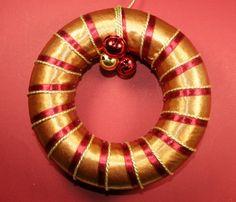 Corona de Navidad decorado con cintas