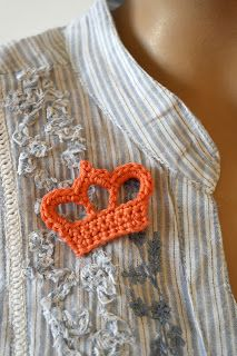 "Free pattern for ""Crown Applique/Brooch""...this site is in Dutch but the pic tutorial is very clear!"