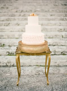 #gold wedding cake stand | Photography: KT Merry - ktmerry.com