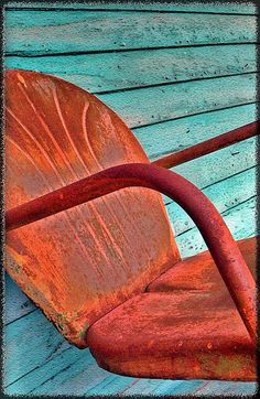old and rusty rust chair, modern home design, beauti bird, design homes, color, chairs, patina metal, birds, modern homes