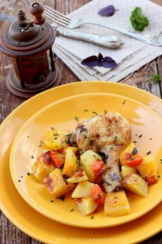 Pui cu cartofi la cuptor - retete culinare mancare. Reteta pui cu cartofi. Carne de pui la cuptor reteta. Reteta marinada friptura de pui.