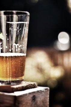 A simplicidade de um copo de cerveja, meio cheio, meio vazio.