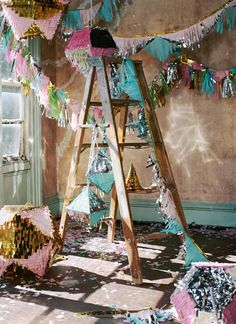 Party on. Vintage wooden ladders. Old ladder decor. Échelles en bois vintage. Escalera ideas.