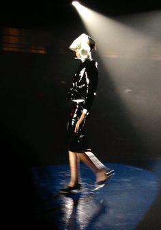 Top et jupe en cuir verni noir au défilé #Mugler #PFW