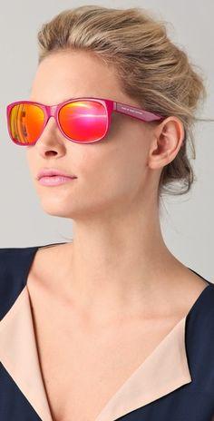 Lentes de sol. Vintage, de colores vibrantes o formas clásicas que se adapten bien a tu tipo de rostro.