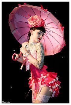 Burlesque Performer Scarlett Daggers - ohhh the costume
