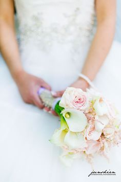 Calla lilies and roses are such classic bridal bouquet flowers. Junshien International Photographers.