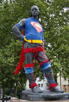 #streetart : Über-Awesome piece: Superman Guerilla Knitting by veri_tt, via Flickr #yarnbomb
