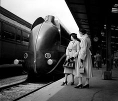 Boris #Lipnitzki, Locomotive #aérodynamique à la gare de Lyon. Paris, 1937  #locomotive #photo #monogram #train #railway #old #history #motor #engine #curves #black