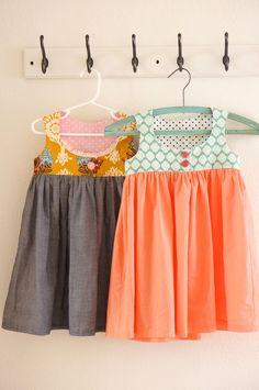 Vestidos de niña combinando una tela lisa con una estampada