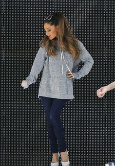 Короткое платье с дырками у Ariana Grand