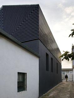   ARCHITECTURE   Ezzo - Casa de Leca, Matosinhos, 2005. Lovely exterior cladding detail