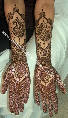Lovely intricate and open mehndi design.