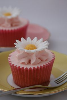 Daisy cupcakes by The Clever Little Cupcake Company (Amanda), via Flickr