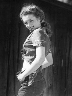 Marilyn Monroe, 19 years old. Photo by André De Dienes, 1945. ☚