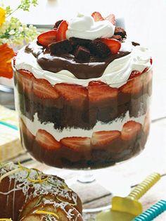 Triffle de chocolate com morangos:  -1ª camada: quadrados de bolo de chocolate  2ª camada: pudim de chocolate  3ª camada: morangos frescos  4ª camada: chantily