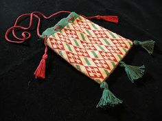 Medieval Threads: Soignies Relic Bag for Queen's Largess....I would love to make something like this my next project!