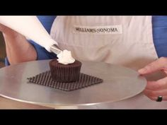3 VIDEOS ~ How to Decorate Cupcakes Like a Pro. (Click through for ... 1. Basic frosting 2. pastry bag use 3. make a rose.)