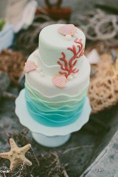Preciosa tarta para Bodas en la playa http://conbdeboda.blogspot.com.es/2013/06/bodas-en-la-playa.html