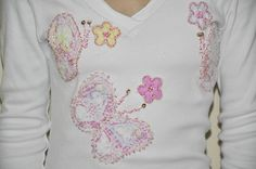 **** Camiseta branca, malha de ótima qualidade, mangas longas, decote em V, tamanho G.  Aplicação de borboletas/flores de tecido e rendas.     Detalhe: aplique bordado a mão  com miçangas.  ******* Produto pronta entrega.*******  ****     Modelo: Bárbara Bet Kohls  **** Consultar valor do frete! **** Aceitamos encomendas em outros tamanhos, cores e modelos (baby look, convencional, mangas curtas, regata)! R$60,00
