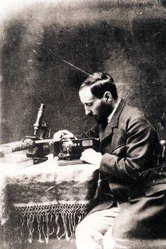 Retrato de Cajal manejando el microtomo