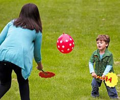 Balloon Badminton helps your toddler boost hand-eye coordiation! Click to learn how to craft your own rackets at home.