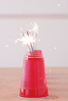 red cup, sparkler, summer parties, parti hack
