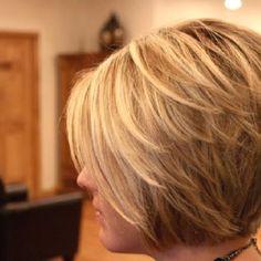 Adorable corte de cabello, el color me encanta