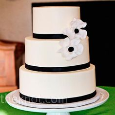 I like this cake with calla lilies instead