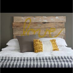 Un buen respaldo de cama, hecha de sobras de madera