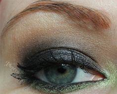 Urban Decay the Bad Witch Theodora Palette Tutorial. Click through to see how to do this sultry tutorial!  #beauty #makeup #urbandecay #black #green #theodora #oz