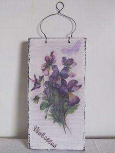 Targa shabby in legno con violette , by ♥La casa di Gaia♥, 10,00 € su misshobby.com