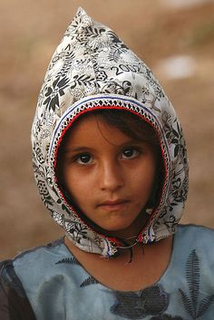 Shaharah girl wearing a qarqush (head covering made of colored fabric), Yemen.  © Eric Lafforgue.