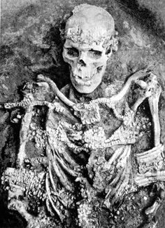 Remains:  Man in an Upper Paleolithic burial in Sunghir, #Russia. The site is approximately 28,000 to 30,000 years old.