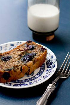 Vegan Blueberry Banana Bread via @Oh My Veggies/ // #banana #vegan #bananabread #blueberry