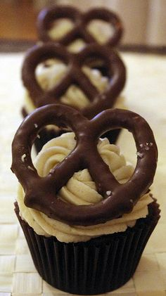 Chocolate Pretzel Cupcakes sweets dessert treat recipe chocolate marshmallow party munchies yummy cute pretty unique creative food porn cookies cakes brownies I want in my belly ♥ ♥ ♥