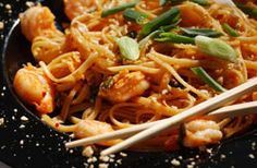 SHRIMP PAD THAI: Thai inspired stir fry that isn't only quick and easy to make, but delicious too  #ThaiRecipe #shrimp #stirfry