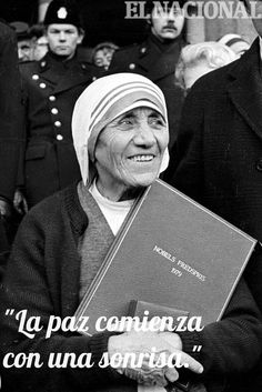 """""""La paz comienza con una sonrisa.""""    Tal día como hoy, en el año 1979, la madre Teresa de Calcuta obtiene el Premio Nobel de la Paz."""