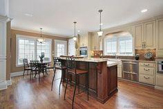 Traditional Antique White Kitchen Cabinets  (Kitchen-Design-Ideas.org)