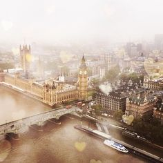 Mist gathering over The Thames in #London 7°C | 45°F #BurberryWeather