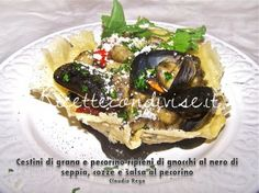 Cestini di grana e pecorino ripieni di gnocchi al nero di seppia, cozze e salsa di pecorino