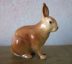 Hagen-Renaker cottontail http://hagenrenakermuseum.com/ . http://www.hagenrenaker.com/Newpages/index.php . http://www.dogbreedinfo.com/vintagedogs/hagenrenakercollectable.htm .