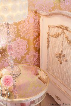 LOVE this pink and gold damask wallpaper #glamnursery #brattdecor