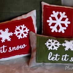 How to Make Burlap Stenciled Christmas Pillows {Christmas Craft Tutorial}
