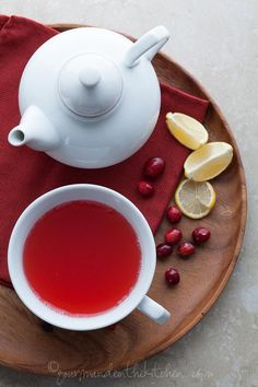 Cranberry Spice Detox Tea by gourmandeinthekitchen: This lightly spiced cranberry tea filled with the power of anti-oxidants and vitamin C is a comforting and soothing way to warm up, fight colds and detoxify. #Tea #Cranberry #Healthy